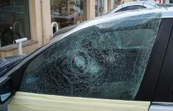 Une vitre équipée d'un film de sûreté et sécurité pour vitrages automobiles reste en place même lorsque que le verre est brisé