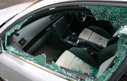 Suite à un acte de vandalisme, la vitre non équipée de film de sûreté et sécurité se brise