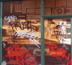 Le revêtement des films de sûreté et sécurité pour vitrages protège les parois vitrées des graffitis, gravures et autres dégradations