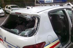Avec un film de sûreté et sécurité les personnels de police seraient protégés de l'intrusion d'objet dans l'habitacle du véhicule